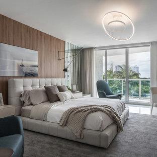 Modelo de dormitorio actual con paredes marrones y suelo blanco