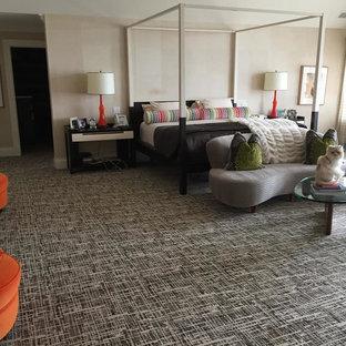 ニューヨークの広いエクレクティックスタイルのおしゃれな主寝室 (ベージュの壁、カーペット敷き、マルチカラーの床) のインテリア