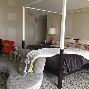 Réalisation d'une grand chambre bohème avec un mur beige et un sol multicolore.