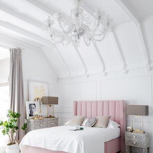 Immagine di una camera da letto contemporanea con pareti bianche, pavimento in legno verniciato e pavimento grigio