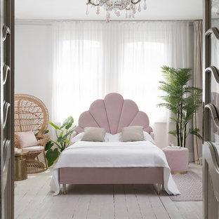 Свежая идея для дизайна: спальня в современном стиле с белыми стенами, деревянным полом и серым полом - отличное фото интерьера