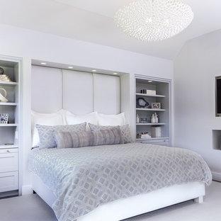 Новые идеи обустройства дома: большая хозяйская спальня в современном стиле с серыми стенами, темным паркетным полом и коричневым полом без камина