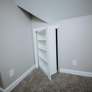 Ejemplo de habitación de invitados tradicional renovada, de tamaño medio, sin chimenea, con paredes grises, moqueta y suelo gris