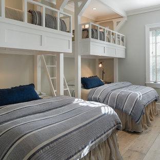 Modelo de habitación de invitados costera con paredes grises, suelo de madera clara y suelo beige