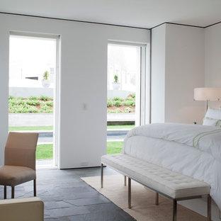 Diseño de habitación de invitados marinera, grande, con paredes blancas y suelo de pizarra