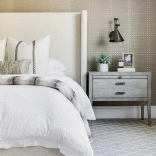 Großes Klassisches Hauptschlafzimmer mit grauer Wandfarbe, gewölbter Decke, Tapetenwänden, Teppichboden, Kamin, Kaminumrandung aus Holz und grauem Boden in Orange County