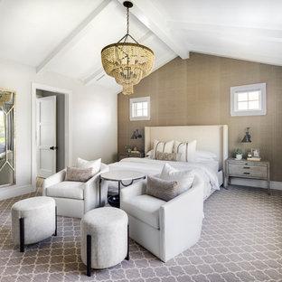 На фото: большая хозяйская спальня в стиле современная классика с серыми стенами, сводчатым потолком, обоями на стенах, ковровым покрытием, стандартным камином, фасадом камина из дерева и серым полом