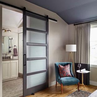 Mittelgroßes Mid-Century Hauptschlafzimmer ohne Kamin mit bunten Wänden, hellem Holzboden und beigem Boden in Denver
