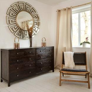 Cette photo montre une chambre parentale asiatique de taille moyenne avec un mur beige et un sol en bois peint.