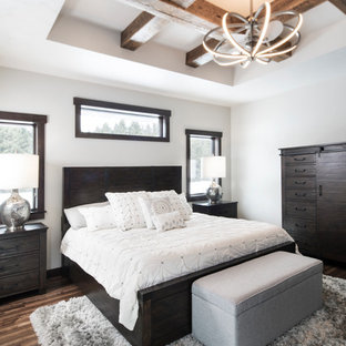 Ispirazione per una camera matrimoniale american style di medie dimensioni con pareti bianche e parquet scuro