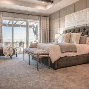 デンバーの広いトランジショナルスタイルのおしゃれな主寝室 (グレーの壁、カーペット敷き、標準型暖炉、タイルの暖炉まわり、グレーの床、表し梁、パネル壁) のレイアウト