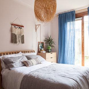 Foto de dormitorio principal, bohemio, de tamaño medio, con paredes rosas, suelo de madera pintada y suelo blanco