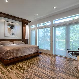 Foto de dormitorio actual con suelo de bambú