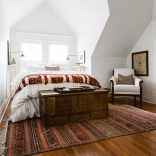 ヒューストンの中サイズのサンタフェスタイルのおしゃれな主寝室 (白い壁、濃色無垢フローリング、茶色い床) のレイアウト