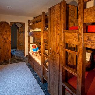 Ejemplo de habitación de invitados bohemia, pequeña, con paredes blancas y suelo de pizarra