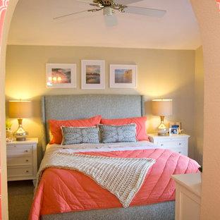 Foto de dormitorio marinero con paredes beige y moqueta