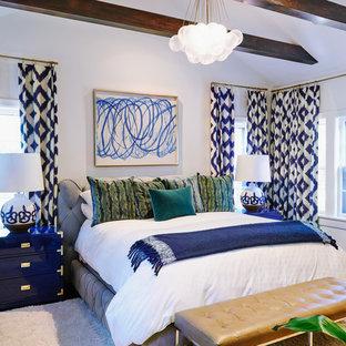 Imagen de dormitorio principal, tradicional renovado, sin chimenea, con paredes amarillas y suelo de madera oscura