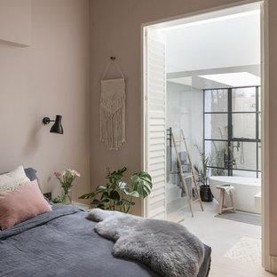 Imagen de dormitorio principal, escandinavo, grande, con paredes rosas y suelo de madera clara