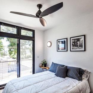 オースティンの小さいコンテンポラリースタイルのおしゃれな客用寝室 (黄色い壁、無垢フローリング、暖炉なし) のレイアウト