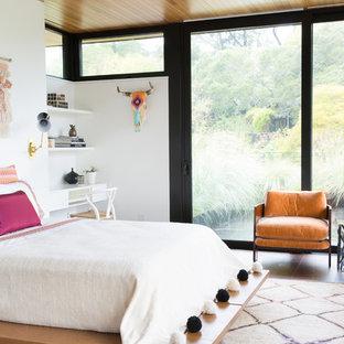 Inspiration för moderna sovrum, med vita väggar, mörkt trägolv och brunt golv
