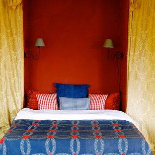Aménagement d'une chambre d'amis méditerranéenne de taille moyenne avec un mur rouge et un sol en bois brun.