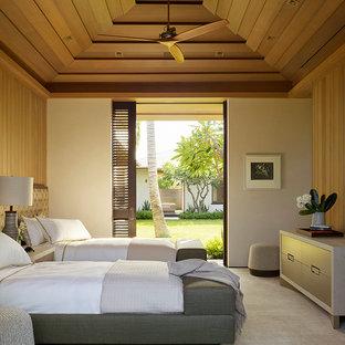 Idee per una camera degli ospiti tropicale con pareti bianche, moquette, nessun camino e pavimento grigio