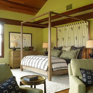 Ispirazione per una camera da letto tropicale con pareti verdi