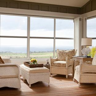 Ejemplo de dormitorio principal, exótico, extra grande, con paredes verdes, suelo de madera en tonos medios y suelo marrón