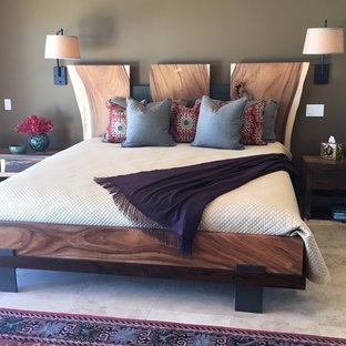 Неиссякаемый источник вдохновения для домашнего уюта: гостевая спальня в морском стиле с коричневыми стенами и полом из керамической плитки без камина