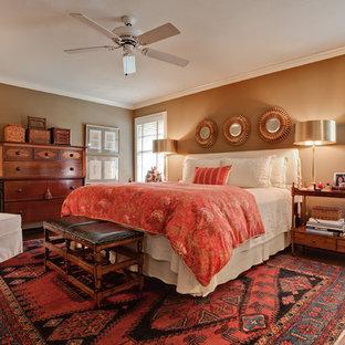 Diseño de dormitorio principal, tradicional renovado, de tamaño medio, sin chimenea, con paredes marrones y suelo de madera oscura