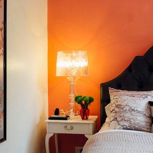 Ejemplo de dormitorio principal, clásico renovado, de tamaño medio, sin chimenea, con parades naranjas