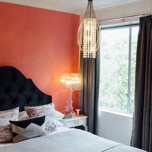 Imagen de dormitorio principal, tradicional renovado, pequeño, con paredes rosas y moqueta