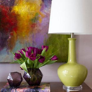 リトルロックの中くらいのエクレクティックスタイルのおしゃれな客用寝室 (紫の壁、無垢フローリング) のレイアウト