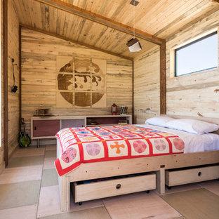 Modelo de dormitorio rural, pequeño, con paredes marrones, suelo de madera clara y suelo multicolor
