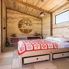 Rustic Bedroom by Eckalizzi Design