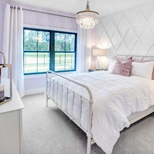 Esempio di una camera da letto country con pareti viola, moquette e pavimento grigio