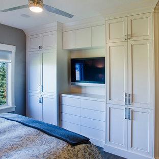 Esempio di una piccola camera matrimoniale classica con pareti grigie