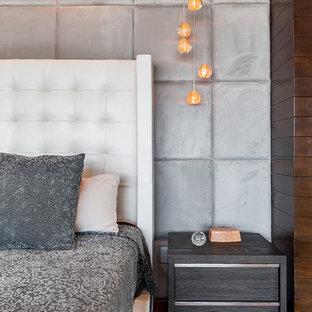 ロサンゼルスの大きいコンテンポラリースタイルのおしゃれな主寝室 (茶色い壁、無垢フローリング、標準型暖炉、木材の暖炉まわり、茶色い床)