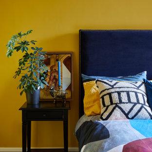 Foto de habitación de invitados actual con paredes amarillas