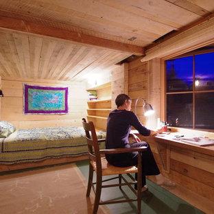 Ispirazione per una piccola camera degli ospiti stile rurale con pavimento in legno verniciato e pavimento verde
