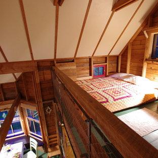 Ispirazione per una piccola camera da letto stile loft stile rurale con pavimento in legno verniciato e pavimento verde