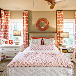 Ispirazione per una camera degli ospiti tropicale di medie dimensioni con pareti beige, parquet scuro, nessun camino e pavimento marrone
