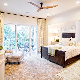 Ejemplo de dormitorio principal, exótico, grande, con paredes blancas y suelo de madera oscura