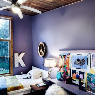Diseño de habitación de invitados bohemia, grande, con paredes púrpuras, suelo de bambú y suelo marrón