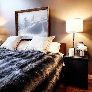 Diseño de dormitorio principal, rural, grande, sin chimenea, con paredes rojas, suelo de bambú y suelo marrón