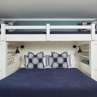 Imagen de habitación de invitados costera, pequeña, con paredes azules, suelo de madera en tonos medios y suelo marrón