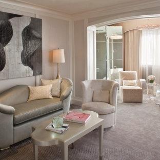 ロサンゼルスの大きいコンテンポラリースタイルのおしゃれな主寝室 (ピンクの壁、カーペット敷き、暖炉なし)