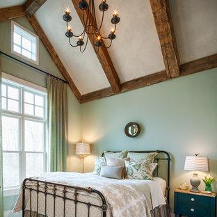 Réalisation d'une grande chambre champêtre avec un mur vert et un sol beige.