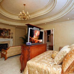 Foto di una grande camera matrimoniale vittoriana con pareti multicolore, moquette, camino classico, cornice del camino in pietra e pavimento bianco