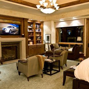 Стильный дизайн: большая хозяйская спальня в стиле рустика с разноцветными стенами, ковровым покрытием, стандартным камином, фасадом камина из бетона и серым полом - последний тренд